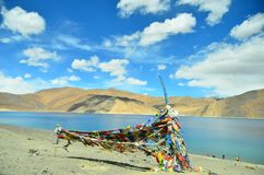 Les drapeaux colorés s'approchent du beau lac Pangong, Leh, Inde Images stock