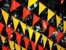 Les drapeaux colorés utilisés pour la décoration pendant une ville se régalent Image stock