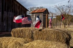 Les drapeaux d'Américain et de Texas ont arrangé sur des balles de paille, décoration de Jour de la Déclaration d'Indépendance Image stock