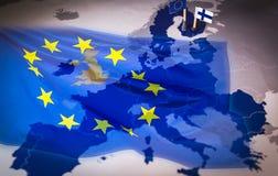 Les drapeaux d'UE et de la Finlande au-dessus d'une Union européenne tracent Photo libre de droits
