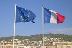 Les drapeaux de l'Union européenne et des Frances, volant dans les Frances Photographie stock libre de droits