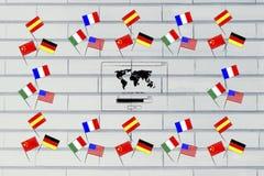 Les drapeaux de pays de langues étrangères que la frontière à sont assorties étude à l'étranger sautent images libres de droits