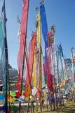 Les drapeaux de prière à la La de Yutong passent, le Bhutan Photographie stock