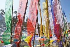 Les drapeaux de prière à la La de Yutong passent, le Bhutan Photographie stock libre de droits
