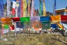 Les drapeaux de prière à la La de Yutong passent, le Bhutan Images stock