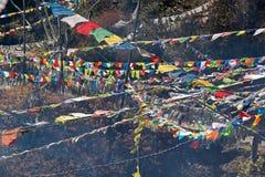Les drapeaux de prière à la La de Yutong passent, le Bhutan Image libre de droits
