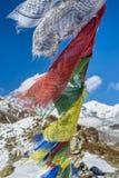 Les drapeaux de prière en Himalaya avec Ama Dablam font une pointe dans le backgr Image libre de droits