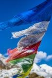Les drapeaux de prière en Himalaya avec Ama Dablam font une pointe dans le backgr Photographie stock