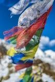 Les drapeaux de prière en Himalaya avec Ama Dablam font une pointe dans le backgr Image stock
