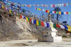 Les drapeaux de prière et chorten au passage de La de Yutong, Bhutan Image libre de droits