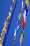 Les drapeaux de prière floatting dans le ciel au Bhutan Image libre de droits