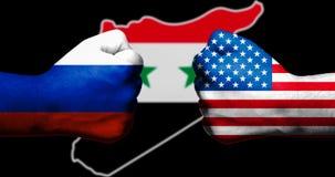 Les drapeaux des Etats-Unis et de la Russie peints sur deux ont serré des poings se faisant face avec la carte d'ensemble de la S photos libres de droits