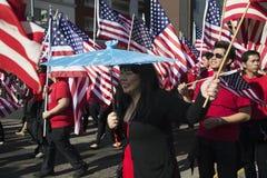 Les drapeaux des USA comme enfants célèbrent la nouvelle année chinoise, 2014, année du cheval, Los Angeles, la Californie, Etats Photos stock
