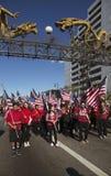 Les drapeaux des USA comme enfants célèbrent la nouvelle année chinoise, 2014, année du cheval, Los Angeles, la Californie, Etats Image stock