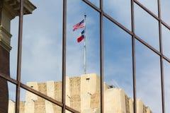 Les drapeaux des USA et du Texas se sont reflétés dans un bâtiment Photos libres de droits