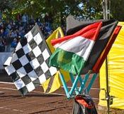 Les drapeaux du speed-way emballent à côté de la voie sale Photo libre de droits
