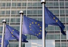 Les drapeaux européens dans l'avant le bâtiment de Berlaymont, sièges sociaux commissionnent sur Bruxelles Photo stock