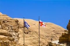 ) Les drapeaux orthodoxes grecs et grecs, monastère de St George en Wadi Qelt Photographie stock libre de droits