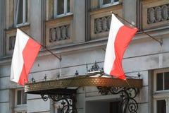 Les drapeaux polonais naissants sur le bâtiment, se ferment  Photographie stock