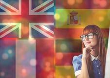 les drapeaux principaux de langue recouvrent avec des lumières de couleur autour de la pensée de jeune femme Image libre de droits
