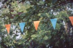 Les drapeaux triangulaires colorés de décorer célèbrent Photographie stock