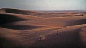 1972 : Les dunes de sable classiques attirent des chercheurs de frisson pendant que le vent reprend banque de vidéos