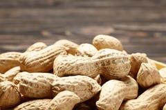 Les eanutsde Ð se ferment sur le fond en bois image libre de droits