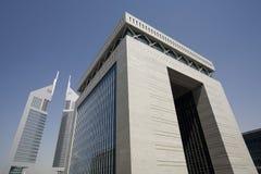 Les EAU Dubaï le bâtiment de porte de la place financière de Dubai International et des émirats dominent Image stock