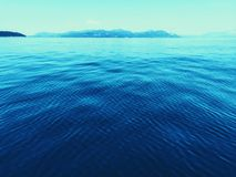 Les eaux éloignées calmes photos stock
