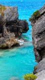 Les eaux bleues d'océan avec les nuages blancs noirs de Rocky Beach Blue Sky dans l'horizon Image stock