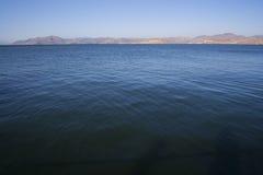 Les eaux bleues de lac Photos stock