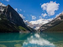 Les eaux bleues de Lake Louise en été, parc national de Banff, Alberta, Canada Photos stock