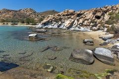 Les eaux bleues et les formations de roche des kolymbithres échouent, île de Paros, Grèce Images libres de droits