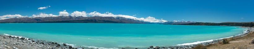 Les eaux bleues lumineuses du lac Pukaki, une attraction touristique importante sur l'île du sud du ` s du Nouvelle-Zélande photo libre de droits