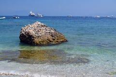 Les eaux calmes chez Marina Grande échouent, Capri, Italie photo libre de droits