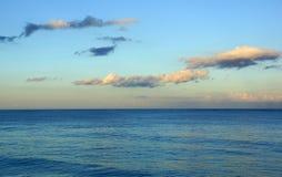 Les eaux calmes d'océan de la baie de Waimanalo Photographie stock libre de droits