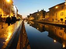 Les eaux calmes du canal de Navigli image libre de droits