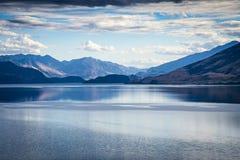 Les eaux calmes du lac Wanaka au Nouvelle-Zélande image libre de droits