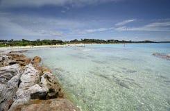 Les eaux clair comme de l'eau de roche idylliques à la plage Jervis Bay Austr de Currarong Images libres de droits