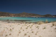 Les eaux clair comme de l'eau de roche de turquoise et yachts d'île d'Elafonisos images stock