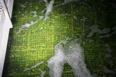 Les eaux d'égout dans la purification biologique échouent à l'usine de traitement des eaux résiduaires image stock