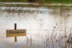 Les eaux d'inondation de rivière submergent le sentier piéton Photo libre de droits