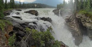 Les eaux de barattage des automnes d'Athabasca image libre de droits