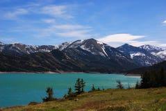 Les eaux de Teal de Gibson Reservoir alimenté par la rivière de Sun, Montana photos libres de droits