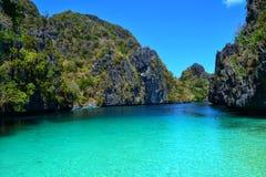 Les eaux de turquoise aiment une rivière Image stock
