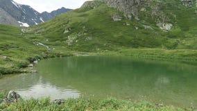 Les eaux de vert de lac mountain Vall?e de 7 lacs Montagnes d'Altai, Russie banque de vidéos