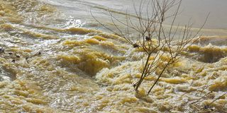 Les eaux et sombre faisants rage apr?s plusieurs jours de pluie photos libres de droits
