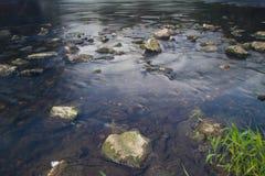 Les eaux foncées de la rivière de Stour Images libres de droits