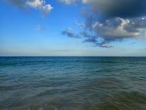 Les eaux onduleuses peu profondes d'océan de la baie de Waimanalo regardant dans le paci Image libre de droits