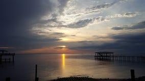 Les eaux réglées de manière de baie du soleil de ciel photo libre de droits